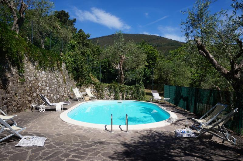 Mooi uitzicht vanaf het zwembad en zwembad terras