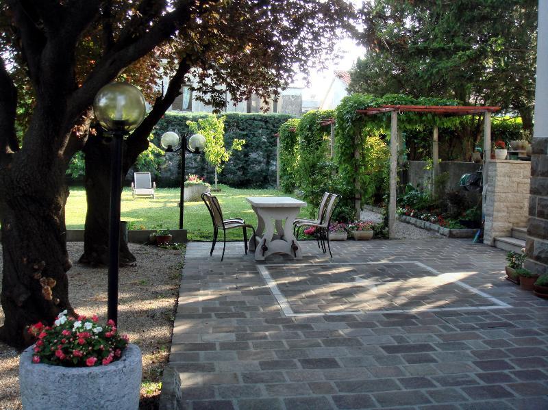 APPARTAMENTO IN VILLA IMMERSA NEL VERDE, vacation rental in San Giuseppe della Chiusa