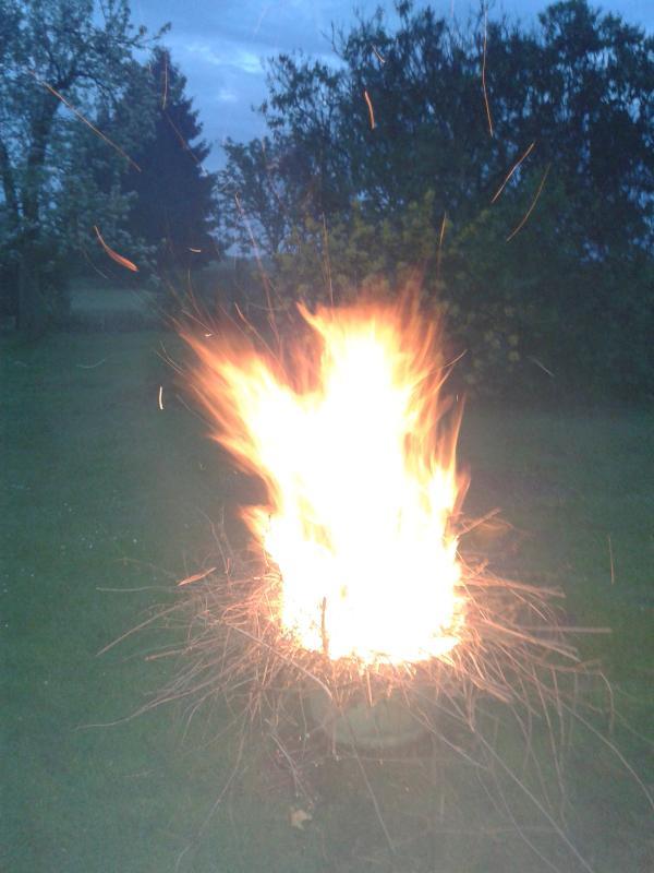 Am Abend ein Lagerfeuer auf dem Grundstück. Have a campfire in the evening.
