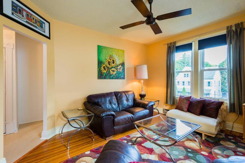 Lumineux salon avec canapés en cuir confortables
