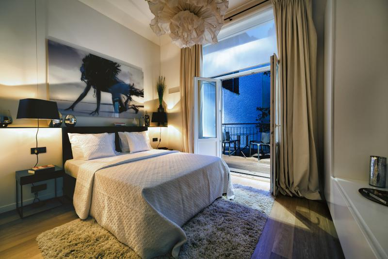 Bedroom with Queen Sized Bed / Flatscreen TV / Private Terrace