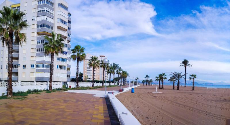 Vista de los Edificios, frente a la playa y paseo marítimo.