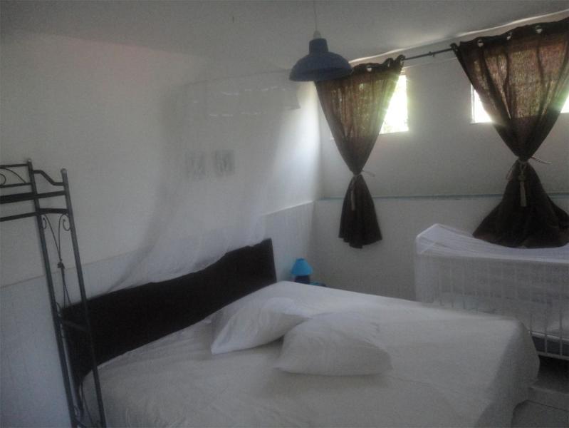 Room 2 of the 1st floor. 2 twin beds, baby cot.