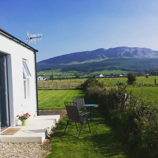 Country cottage with spectacular mountain views.  Near award-winning sandy beaches & Causeway Coast.