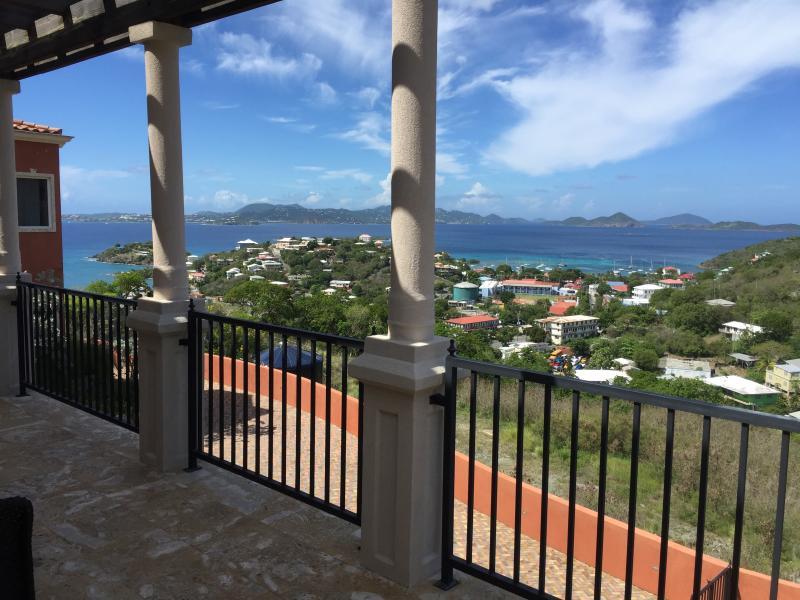 Vy över Cruz Bay från balkong