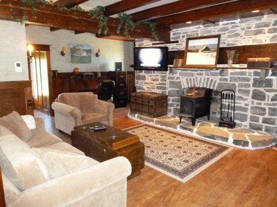 Stone House- Beautifully Renovated Inside, holiday rental in Luray