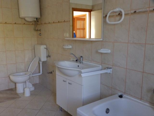 A5(4+2): bathroom with toilet