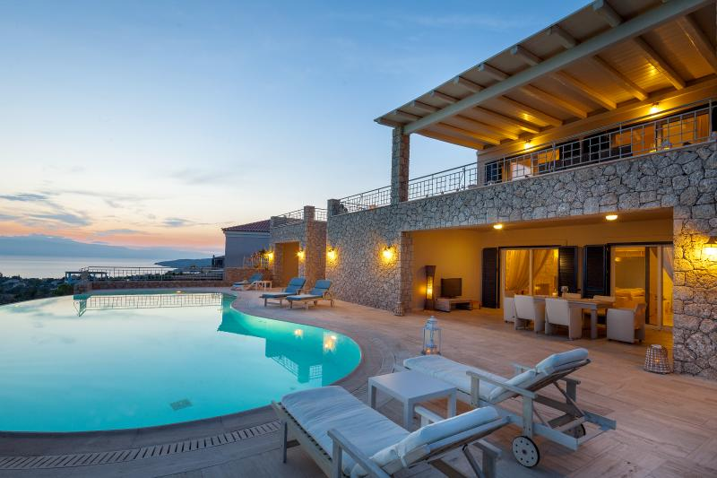 Villa Angelico, amazing view, private pool, 5 bedrooms, free wifi and parking., vacation rental in Porto Heli