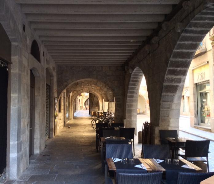 Plaça del Vi, otro de los lugares de parada oligada para saborear Un excelente vino  de la tierra.