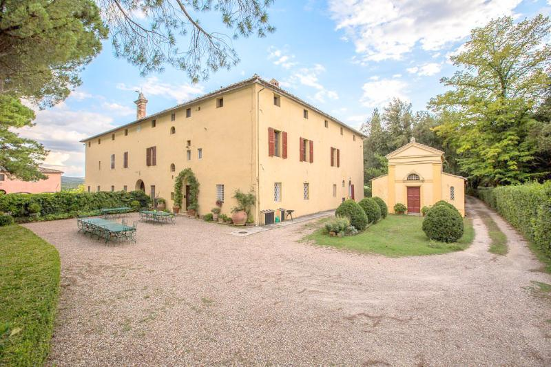 Private villa near to Siena within a 15 minute drive. 10 bedrooms, pool and WiFi, Ferienwohnung in Bagnaia