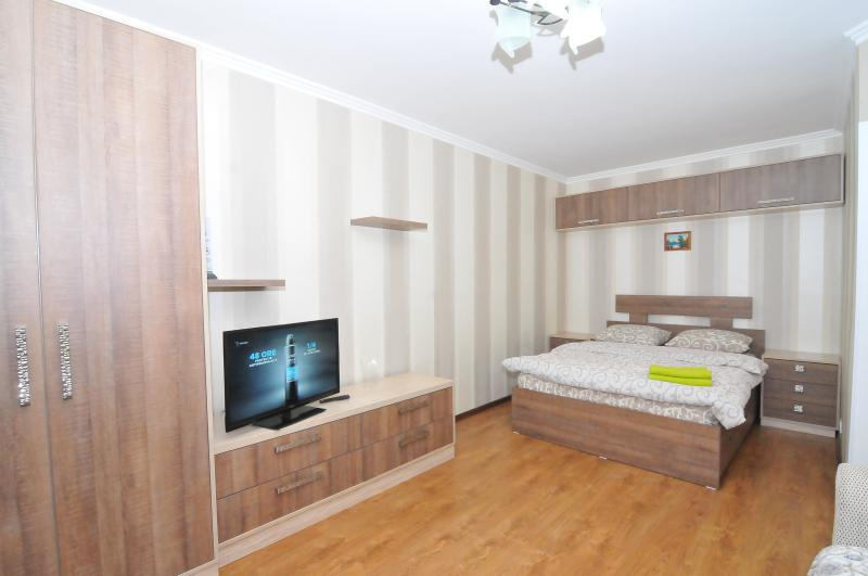 Bedroom with double bed (bed linens and towels provided). Flat TV. Air conditioner. Wi-Fi.