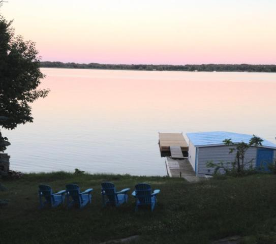 ST. LAWRENCE RIVER WATERFRONT COZY COTTAGE- MALLORYTOWN, location de vacances à Lansdowne