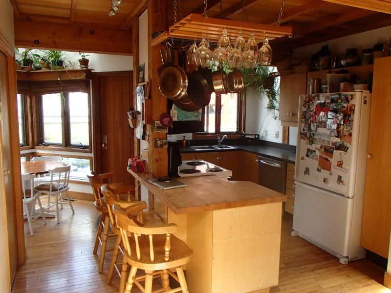 Downtown Mountain Chalet, holiday rental in Harvie Heights