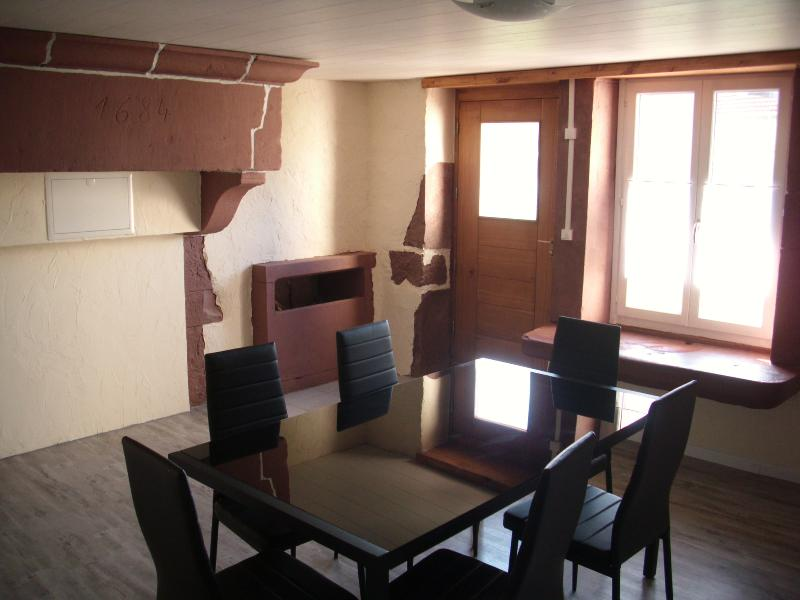 Ferienhaus auf zwei Etagen mit Holzofen, holiday rental in Bains-les-Bains