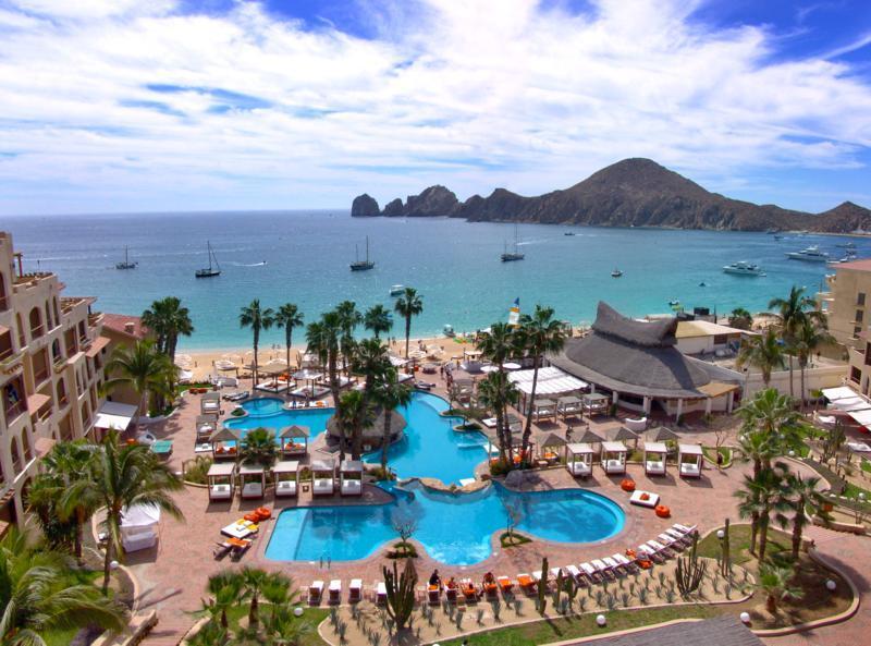 Buitenzwembad ligt naast strand met toegang tot de Oceaan.