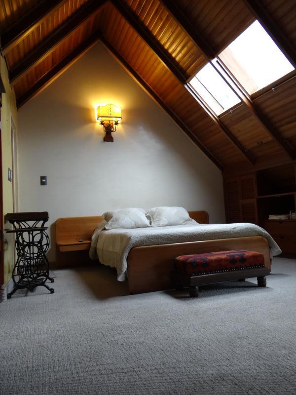 Habitacion principal tipo chalet con baño privado