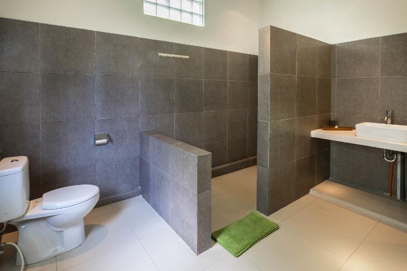Bathroom (Second Bedroom)