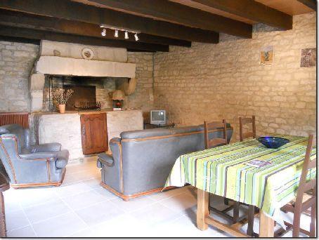 Sala de estar con antiguo horno de pan