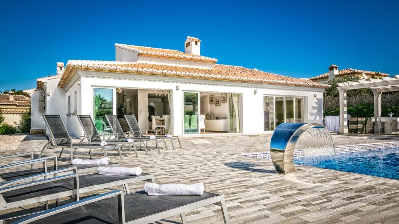 Private Secure Luxury Villa Suenos II Fast Wifi-Free Air Con-Hot Tub-BBQ-Bikes, Ferienwohnung in Javea