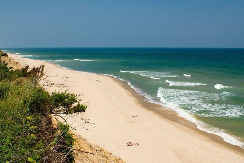 La playa no es mejor que esto, y la encontrarás justo al final de la calle.