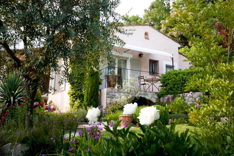 SUITE COTE SUD  avec salle de bains, séjour coin thé-café,  terrasse et jardin privatifs