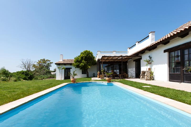 Superb sel-sufficient villa with pool near Vejer de la Frontera, casa vacanza a Los Naveros