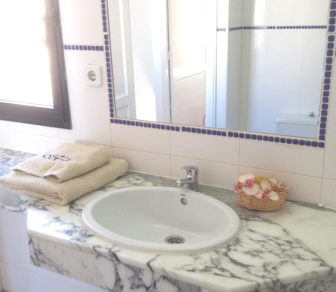 Baño con toallas, papel baño, gel de manos.