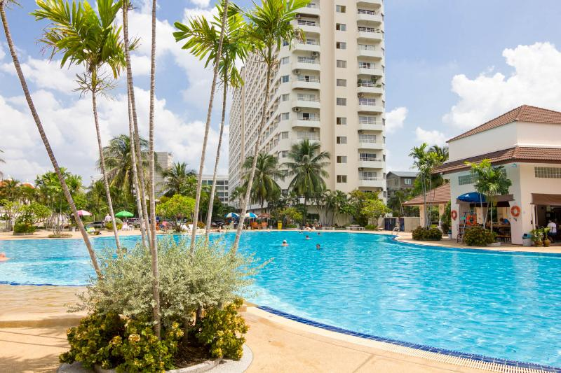 Chic Studio Apt - FREE Electric-WiFi-Cable TV, vacation rental in Pattaya