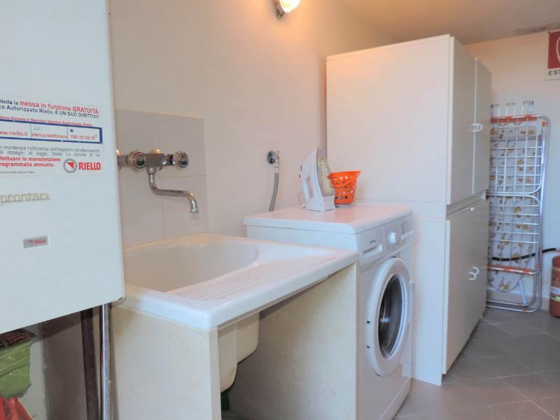 O armário com máquina de lavar, o ferro, o TRACK SECADOR, a tabela ferro, etc.