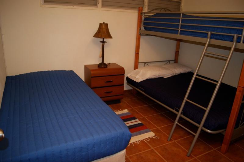 Seconda camera da letto ha pieno/doppio letto a castello + 1 letto singolo.  4 posti letto. A/C.
