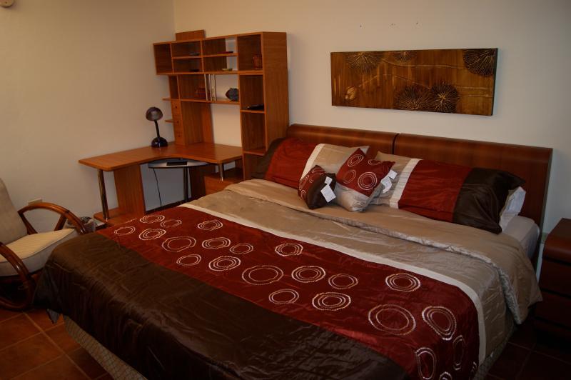 Master camera da letto dispone di bagno privato e cabina armadio.