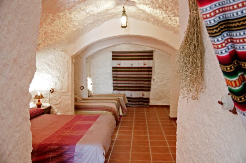 Dormitorio cuadruple, 1 cama de matrimonio y 2 individuales.