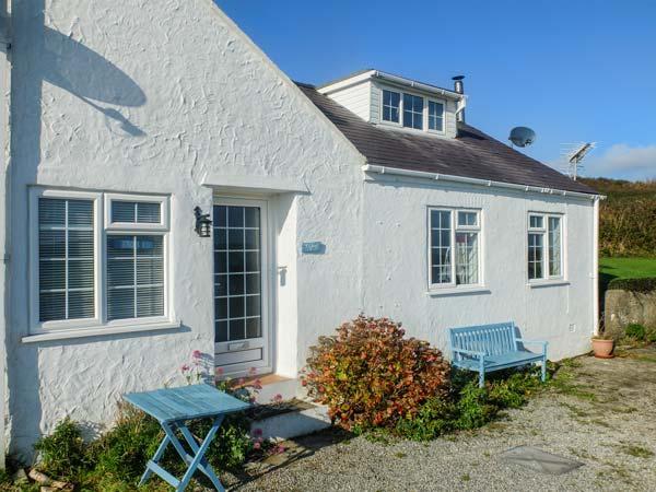 Y LLEIAF, coastal cottage, woodburner, WiFi, beach 2 mins walk, Trearddur Bay, vacation rental in Holyhead