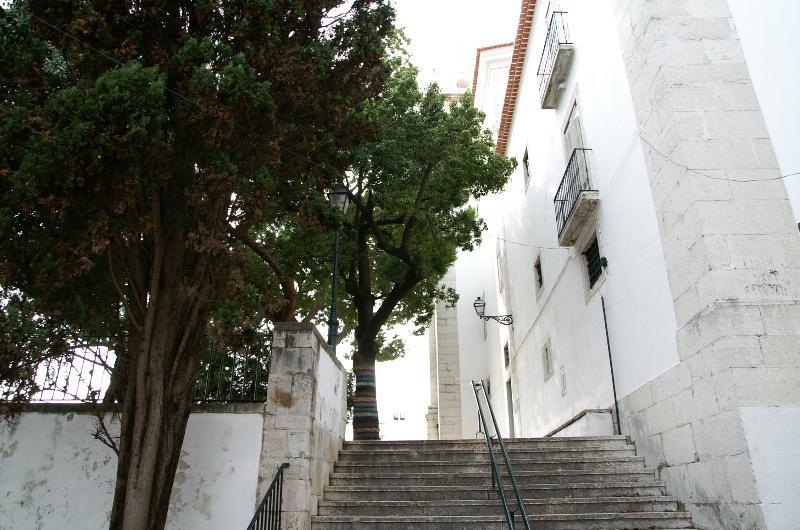 Dédale de ruelles et escaliers typiques de l'Alfama situé au pied de l'immeuble...typique !