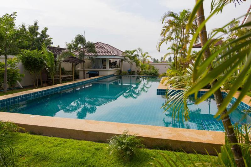 Modern Thai luxury 2 bed villa in Bangsaray, vacation rental in Ban Chang