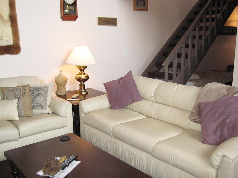 Sala de estar e escadas para sotão
