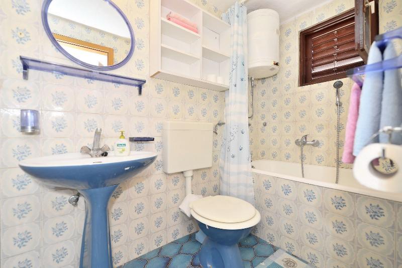SA1(3): bathroom with toilet
