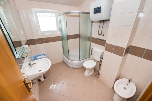 A7(2+2): bathroom with toilet