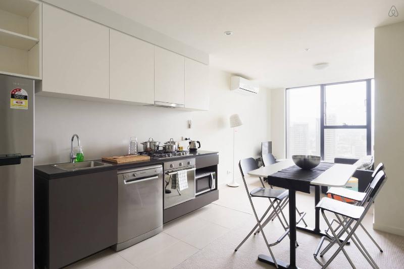 Un interior espacioso, moderno y limpio.