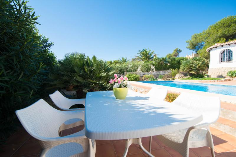 Garden table with 6 chairs to enjoy evening drinks or dinner next to the pool