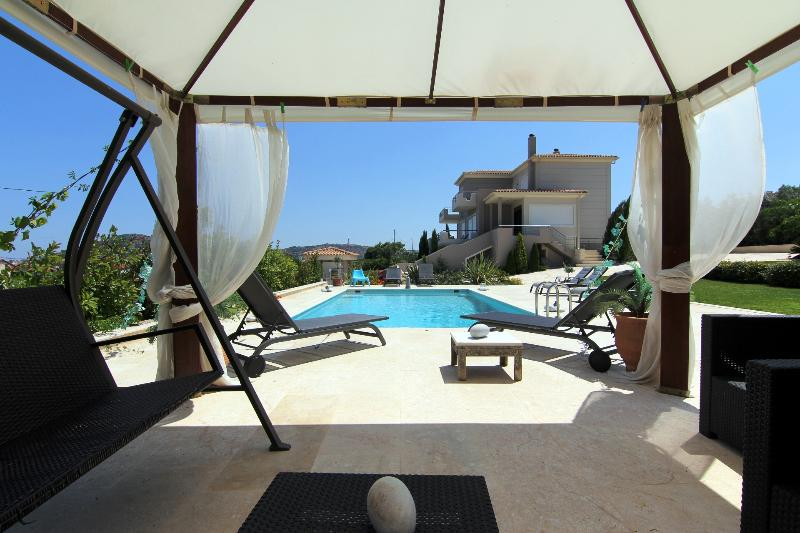 Luxurious villa Abelos close to Airport to the Center of Athens and to the beach, location de vacances à Pikermi