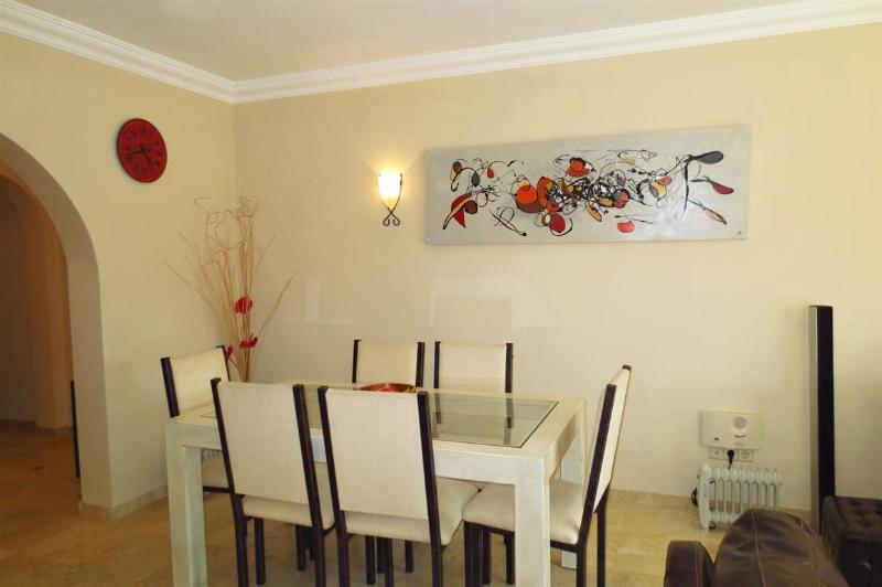 Dining area, table and seating for 6