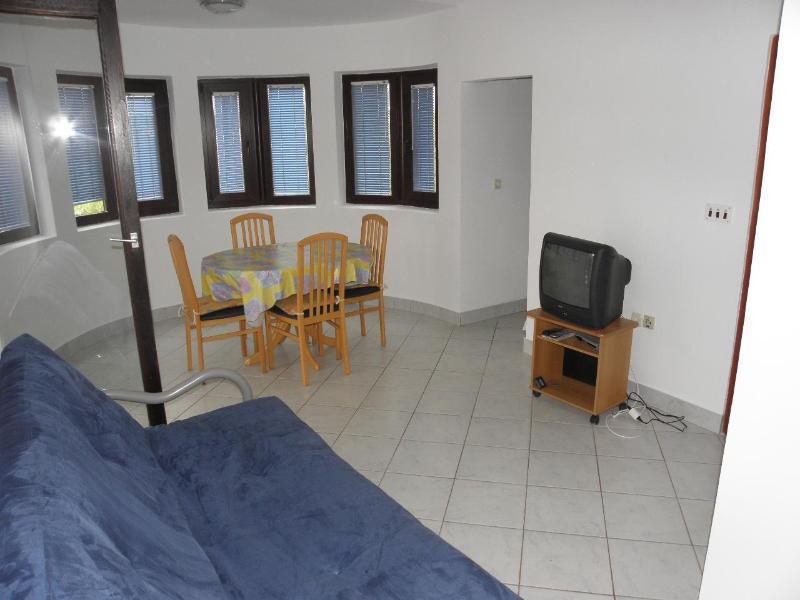 A4(2+2): living room