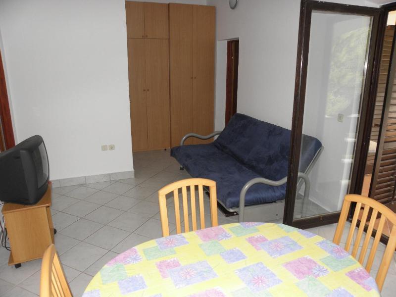 A4(2+2): dining room
