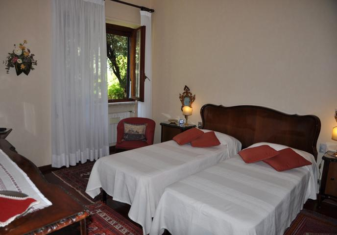 Gardenia, bedroom with two single beds.