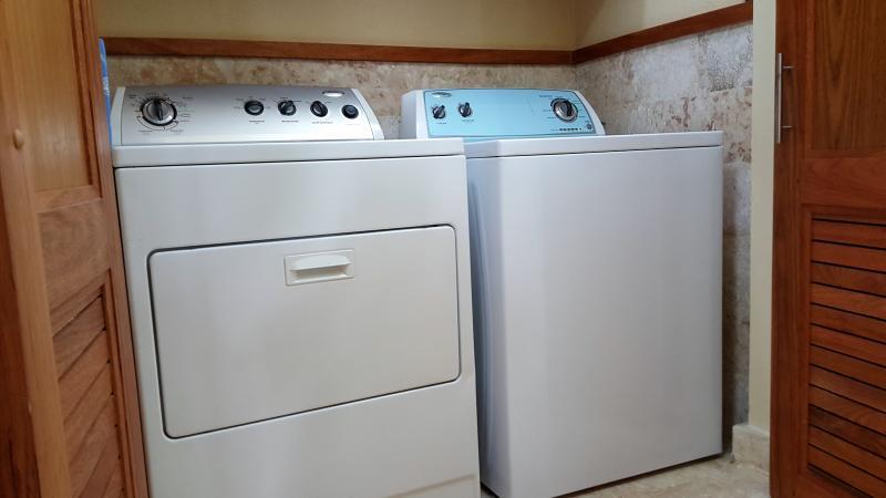 Máquina de lavar e secar roupa.