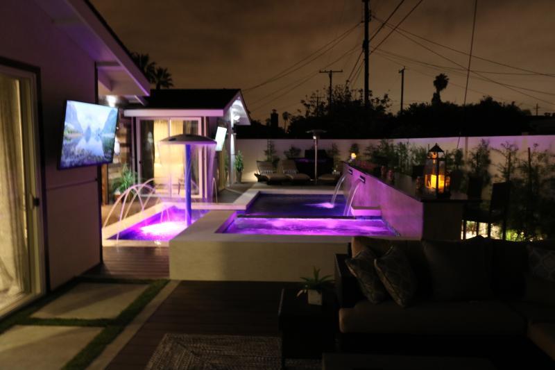 *** 5 STAR MODERN LUXURY RESORT HOME - Vegas Style Pool & Outdoor Dining, alquiler vacacional en Fullerton