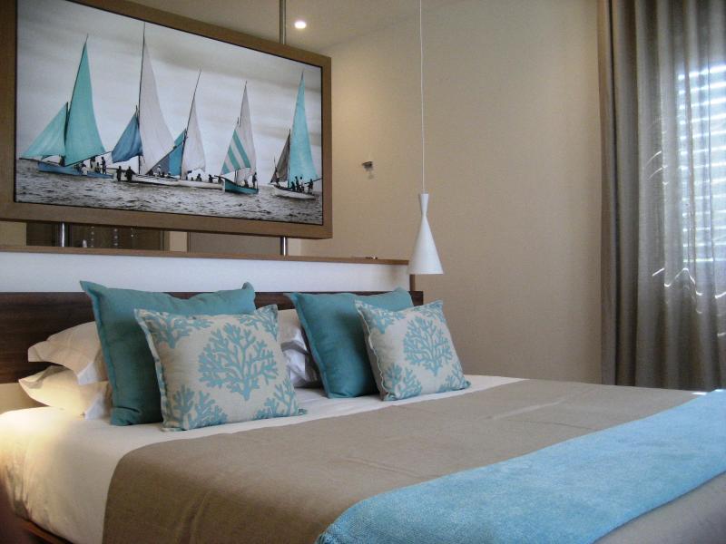 chambre principale avec lit et Découvre sur la plage