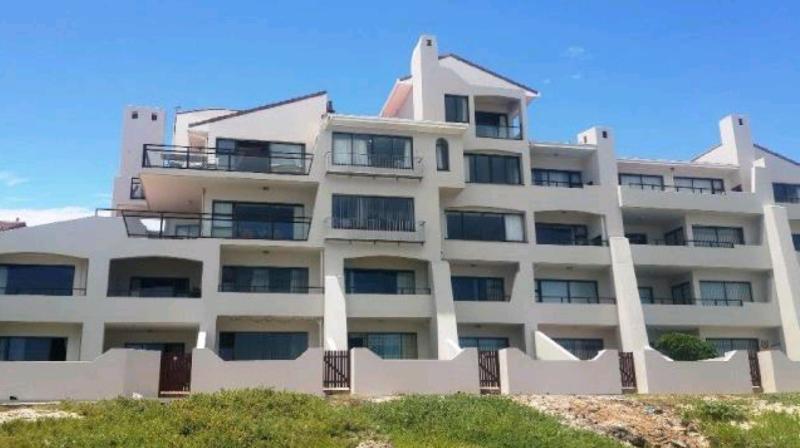 Bloque de apartamentos frente a la playa