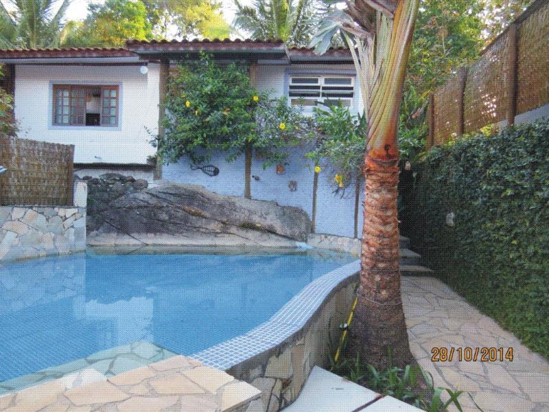 São duas piscinas essa fica em frente a casa